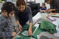 Irena Štyrandová dětem i dospělým ukázala technologii výroby ručního papíru.