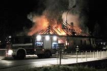 Noční požár objektu v těsné blízkosti čerpací stanice v Prachaticích zaměstnal hned několik jednotek hasičů.
