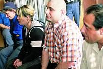 TROJICE OBŽALOVANÝCH. Ladislav Bandy, Pavel Oračko a Zdena Moflarová stanuli včera 2. dubna před Okresním soudem v Prachaticích. Jednání bude pokračovat na konci dubna výslechem dalších svědků.