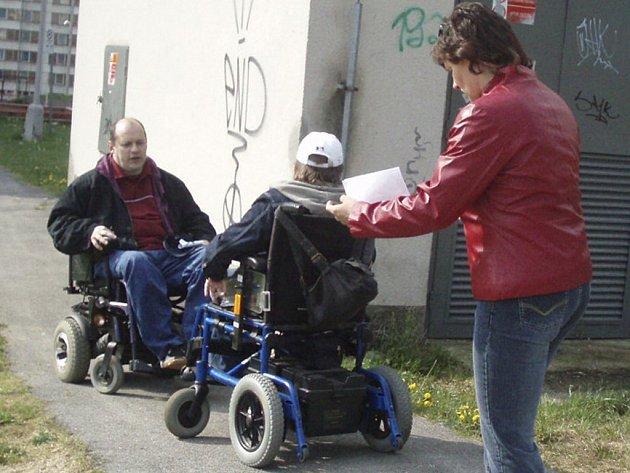 Zastupitel Milan Bolek a Adámek Pošta s maminkou pomáhají vytipovávat místa, kde je třeba odstranit bariéry.