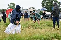 Ve Volarech se sešli sekáči při tradiční soutěži v kosení trávy.