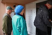 Do panelového domu v Nebahovské ulici sice Svobodovi nevstupují poprvé, ale tentokrát je to poprvé, kdy vchodovými dveřmi projdou jako jeho nájemníci.