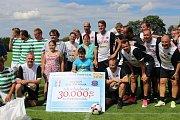 Fotbalisté předali Honzovi Janouškovi šek na 30 tisíc korun a mladým vacovským hráčům nové dresy.