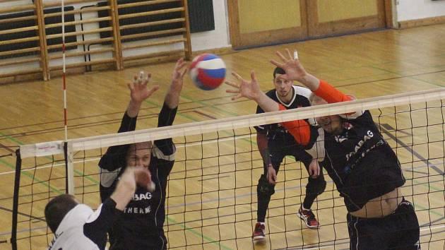 Netoličtí (černé dresy) první zápas nad Pragou vyhráli 3:1, ve druhém padli 2:3.