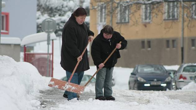 Hrabla a lopaty si letos příliš neodpočinuly. Jarní úklid kvůli sněhu musí ještě počkat.