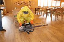 Dekontaminace jídelny domova seniorů.