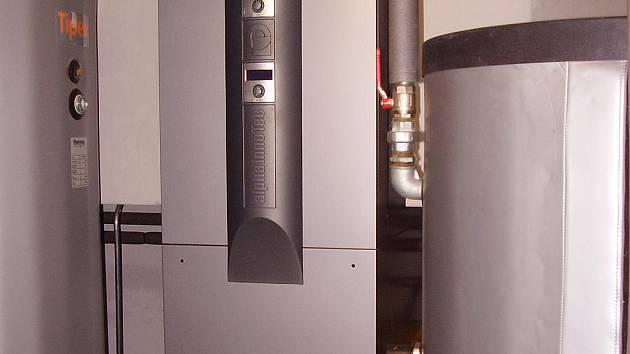 Tepelná čerpadla umístěná v jedné z místností technického přízemí panelového domu.