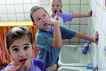 ZUBNÍ PASTY JSOU NEZÁVADNÉ. Pasty, kterými si po obědě čistí zuby děti z Mateřské školy v Krumlovské ulici v Prachaticích, jsou v pořádku.
