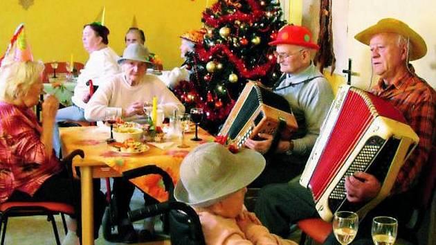 JAKO DOMA. Pravětínský dům klidného stáří je vyloženě rodinným zařízením. To je vidět například jen na způsobu, jakým se zde slaví například Vánoce či různá životní jubilea.