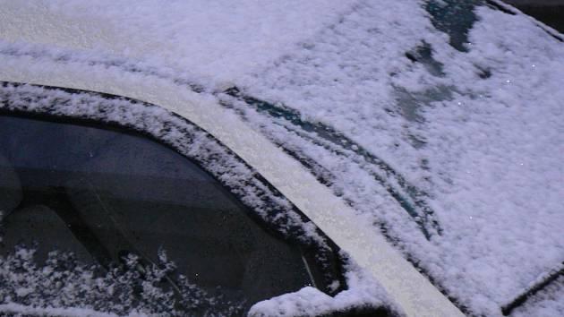 Prachatickým hasičům, kteří měli odstranit sníh ze střechy v ulici Zlatá stezka, bránila v práci auta. Ilustrační foto.
