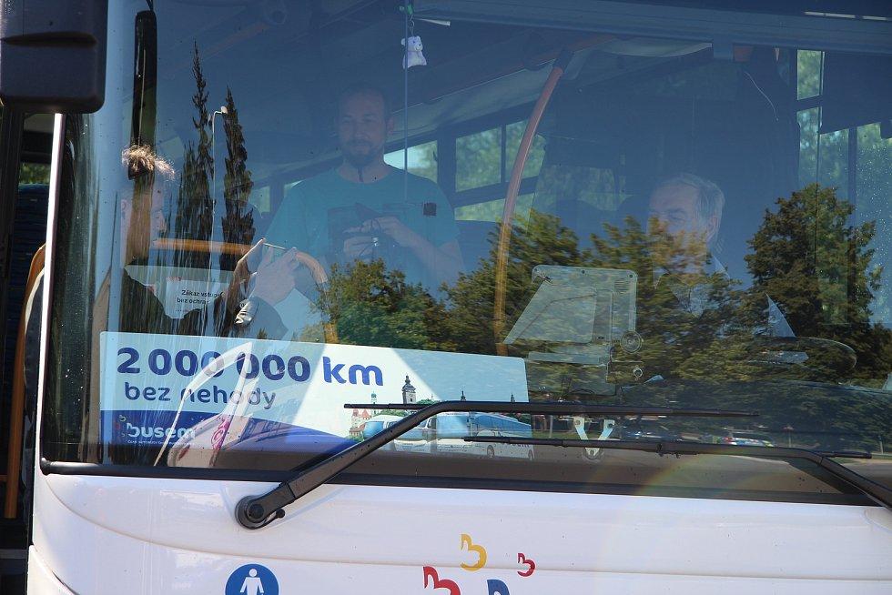 Robert Dušek za třiatřicet let řídí autobus. Má na kontě dva miliony kilometrů ujetých bez nehody. Gratulovali mu zástupci ČSAD Autobusy České Budějovice i policie.