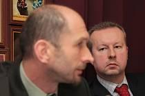 Ministr životního prostředí Richard Brabec (vpravo) se v úterý sešel ve Vimperku se zástupci dvou různých skupin zástupců šumavského regionu.