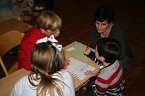 Zlatá stezka: Jak správně držet tužku slyšel Matyáš Beránek a jeho maminka Petra od paní učitelky Ireny Pilečkové.