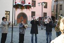 Trubači pod taktovkou Václava Franze hráli koledy na náměstí v Prachaticích.
