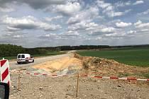 Od loňského října se staví nový obchvat Němčic. Vypadá to, že zkušebně první auta projedou už v září. Původní termín byl polovina listopadu 2018.