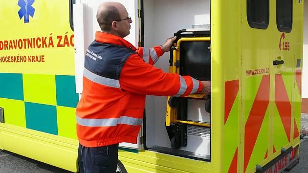 Ojedinělé víceúčelové transportní zařízení v rámci záchranné služby Jihočeského kraje obdržela v pátek jako sponzorský dar prachatická záchranka.