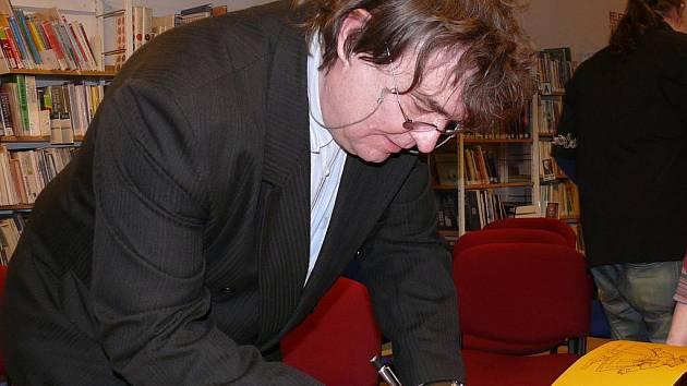 Ondřej Fibich při autogramiádě.