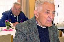 DESÍTKY HASIČŮ. Na setkání vysloužilých hasičů, které se uskutečnilo včera v hasičské zbrojnici v Netolicích, zavítal i nejstarší z nich, dvaadevadesátiletý Jan Rozmiler (na snímku).