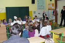 Děti četli kamarádům z mateřinky.