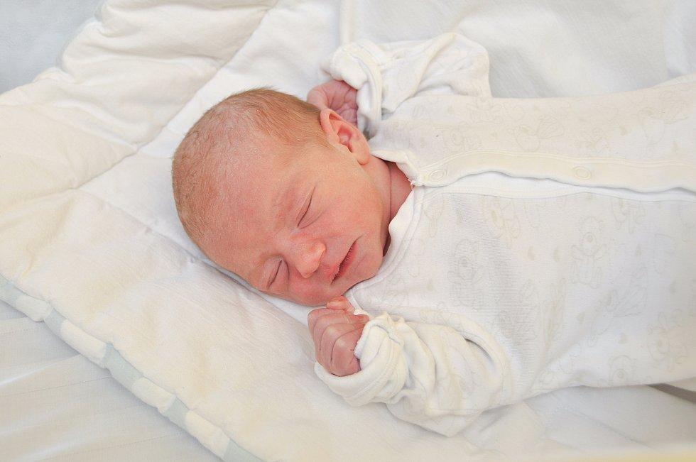 NATÁLIE VACHOUTOVÁ, VIMPERK. Narodila se v pátek 6. března ve 2 hodiny a 59 minut ve strakonické porodnici. Vážila 3000 gramů. Rodiče: Michaela a Libor Vachoutovi.