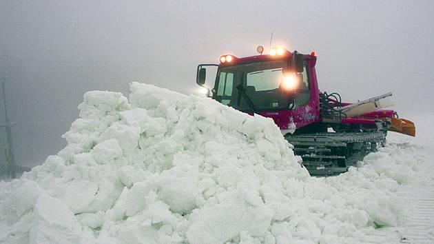 Na Zadově rozhrnují umělý sníh.