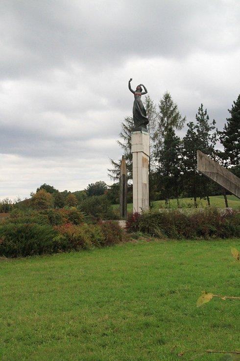 """Křižovatce místní říkají """"u Stopařky"""" podle stejnojmenného památníku vojsk pěti armád. Na této křižovatce totiž na samém konci druhé světové války došlo k setkání vojsk pěti armád."""