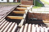 Střecha dubské školy po tornádu.