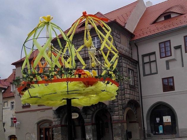 Vpátek 3.dubna nechal odbor kultury naistalovat novou výzdobu na náměstí.