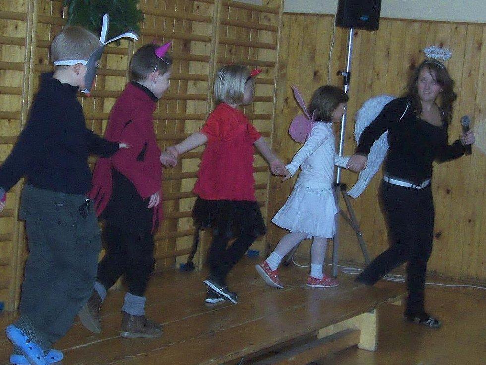 Tělocvičnu v Základní škole v Národní ulici ovládla čertovská diskotéka.