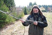 """K telemetrickému sledování jednotlivých zvířat, kterým byly nasazeny sledovací GBS obojky, sloužila i další technika. """"V terénu bylo možné po přeladění frekvence sledovat i několik zvířat,"""" říká členka týmu Elisa Belotti."""