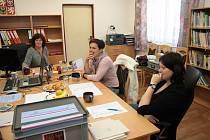 Volební komisi v Tvrzicích zbývalo do ukončení hlasování patnáct minut.