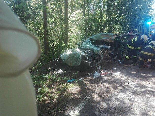 Z Vlachova Březí na Radhostice je uzavřená silnice vinou nehody, při níž řidička nabourala do stromu.