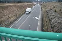 Pohled z mostu nad místem nehody směrem na Strážný.