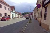 V Gregorově ulici v Netolicích letos parkování řešit nebudou.