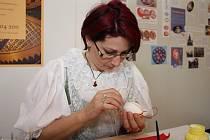 Lenka Volková při zdobení technikou jezení sítina.