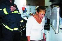 LÍTOST. Žena je v šoku z toho, že jí vyhořel byt.