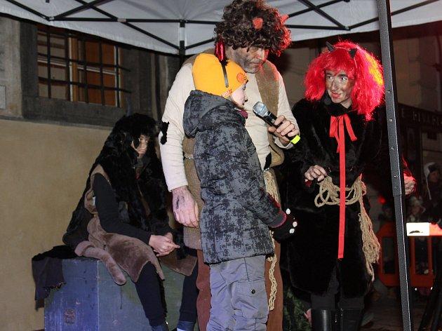 Prachatický ŠOS opět bavil děti při čertovském průvodu a představení.