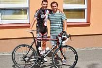 Ředitel závodu Robert Sedlecký spolu s paralympionikem Jiřím Ježkem.