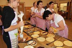 V obecní peci pod kostelem se v sobotu do oběda upeklo třicet chlebů a dvě stě padesát koláčů.