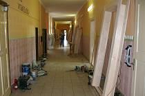 Místo dětí nastoupila do prostor školy odborná firma, která vymění dveře.