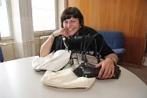 První. Helena Kunešová z Prachatic přinesla do redakce Prachatického deníku kabelky, které už nenosí.