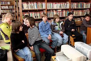 Děti ve stašské knihovně.