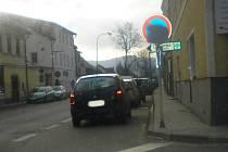 Řidič jedoucí od Vacova musí zariskovat, když chce odbočit vlevo na Strakonice. Parkující vozidla mu totiž zakrývají výhled na vozovku ve směru od Vimperka.