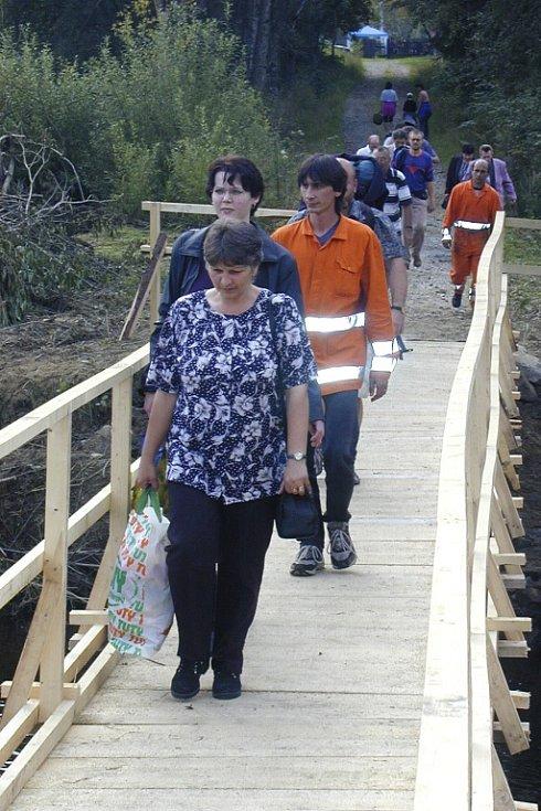 Po povodních nechala obec Zbytiny postavit lávku pro pěší, aby se lidé dostali na zastávku vlaku.