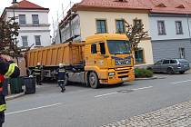 Řidič kamionu jel podle navigace, ale narazil do domu ve Vlachově Březí.