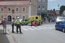 Na lhenickém náměstí se srazilo osobní auto s motorkářem.