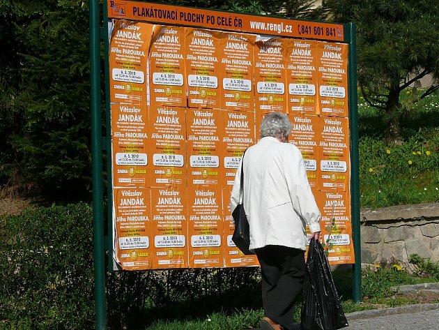 Přelepené plakátovací plochy v Prachaticích
