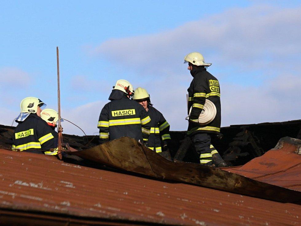 Sbory dobrovolných hasičů Čkyně, Vacov, Vlachovo Březí a profesionální jednotky z Vimperka a Prachatic zasahovaly ve středu při požáru bytu v areálu firmy Lignointerier ve Čkyni.