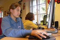 Děti mohou v knihovně nyní pracovat na dvou nových počítačích.