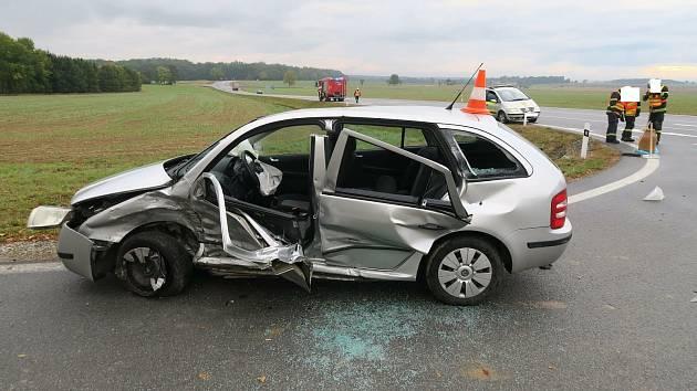 Střet dvou aut na křižovatce u Němčic.